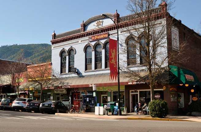 building in downtown ashland oregon with also a red Oregon Shakespeare Festival flag